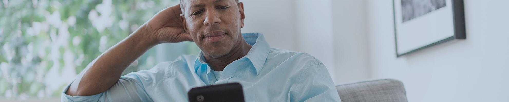 Um pai lendo notícias no celular