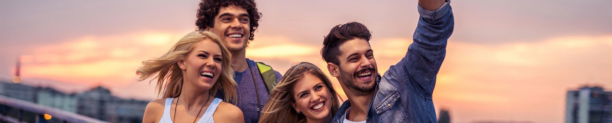 Um grupo de amigos sorrindo