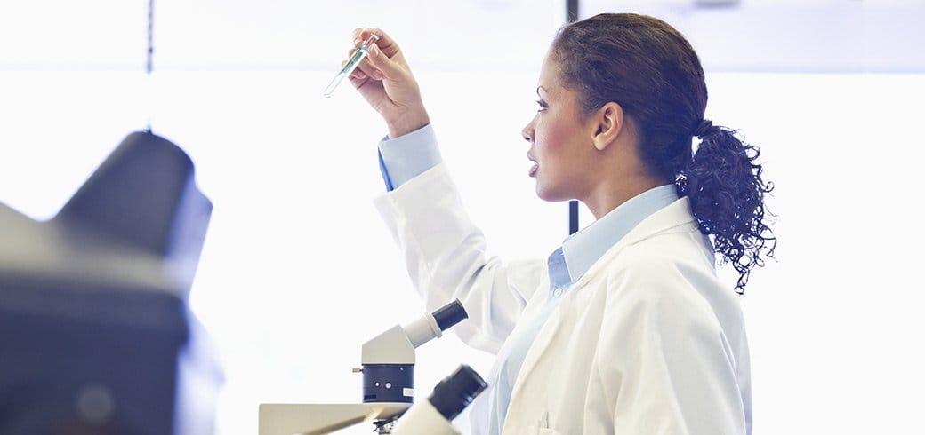 Um oftalmologista analisando um tubo de ensaio