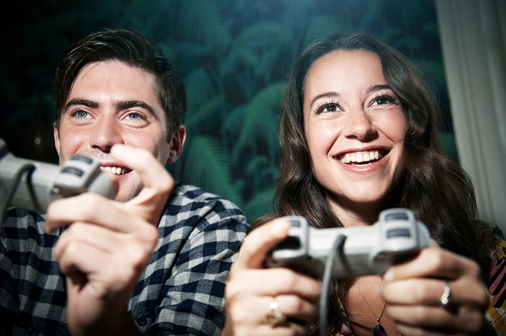 2 adultos jogando videogame
