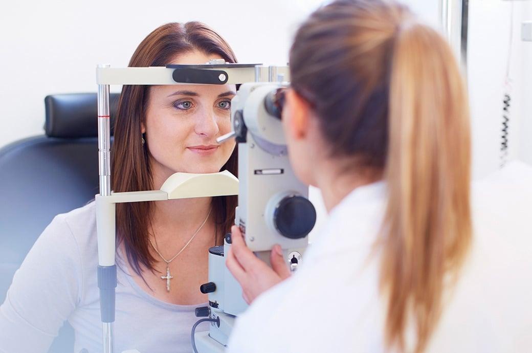 Uma oftalmologista realiza um exame de retina com sua paciente