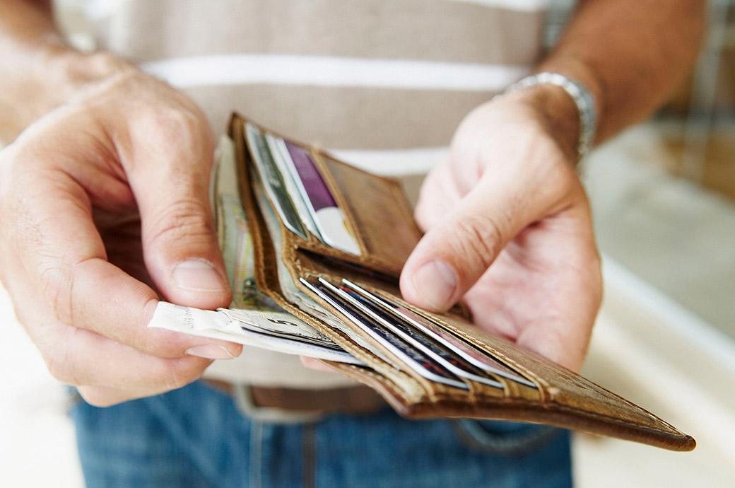 Um close up de uma carteira com dinheiro
