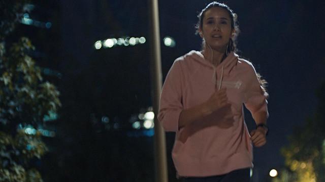 Mulher correndo a noite