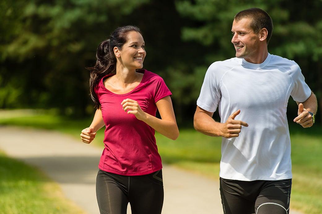 Um casal correndo no parque