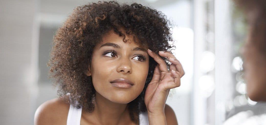 Uma jovem se olhando no espelho
