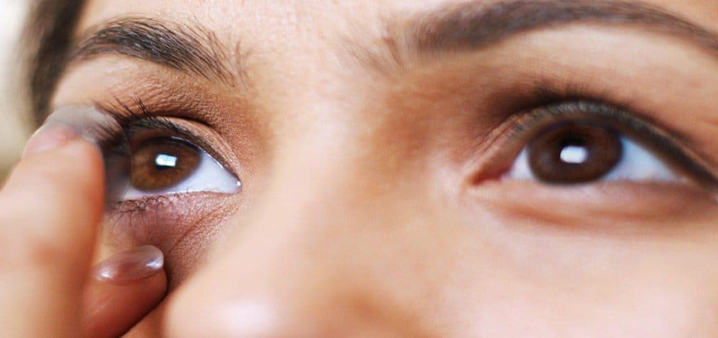 Uma garota colocando suas lentes de contato